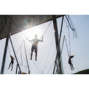 bungee trampolin skozi sonce